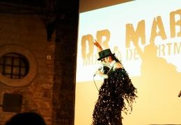 Presentador Edu Barcelona. Mostra Dr Mabuse 2017 en Plaça St. Felip Neri.